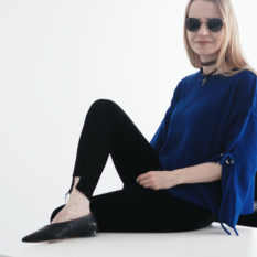 perfect effortless minimal cool workwear outfit look bold blue sleeve eyelet detail jumper raw hem black skinny jeans v-neck premium new season flats ray ban round sunglasses